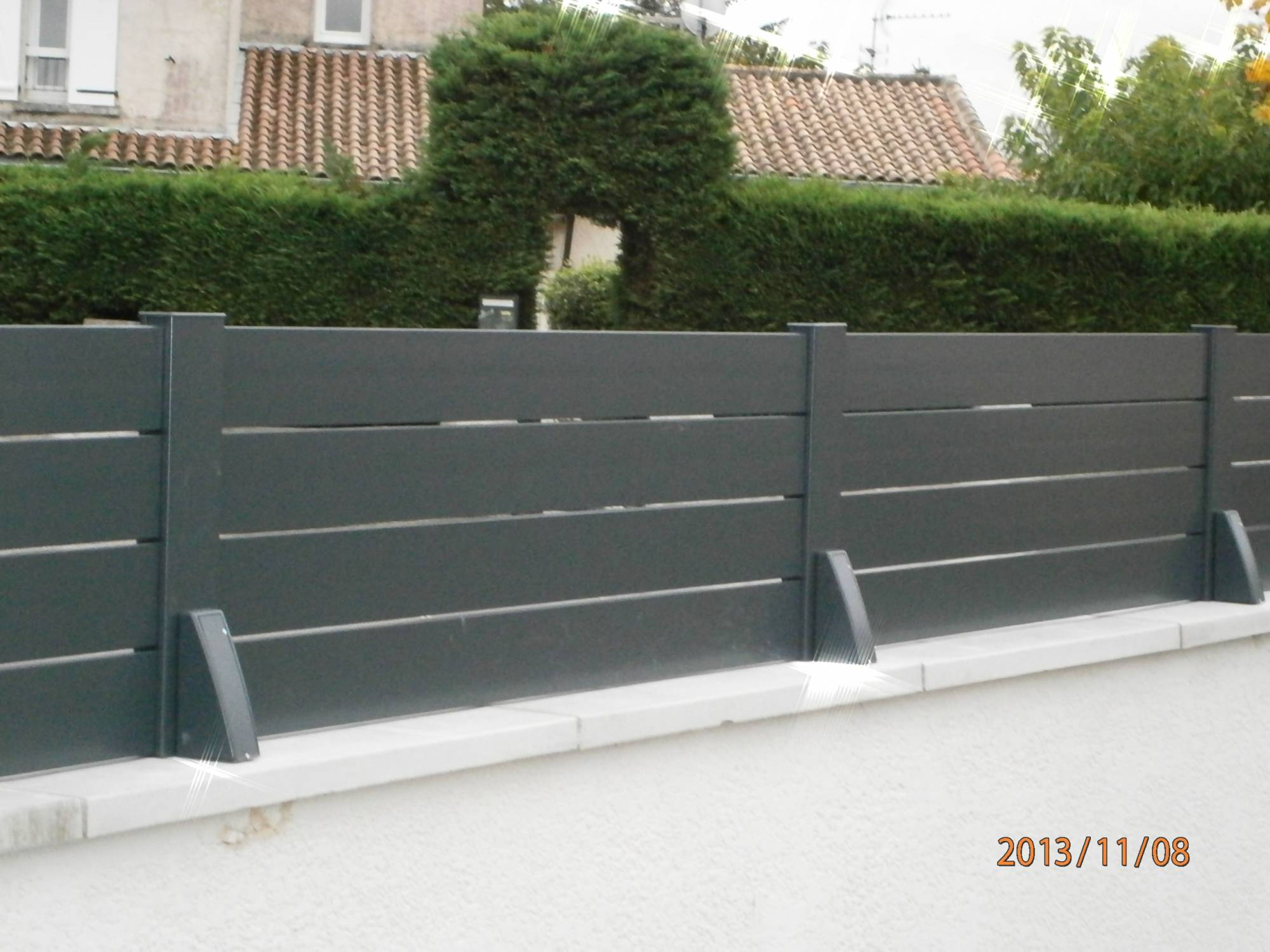 Cloture aluminium lames ajour liv a pash aluminium for Portail et cloture alu