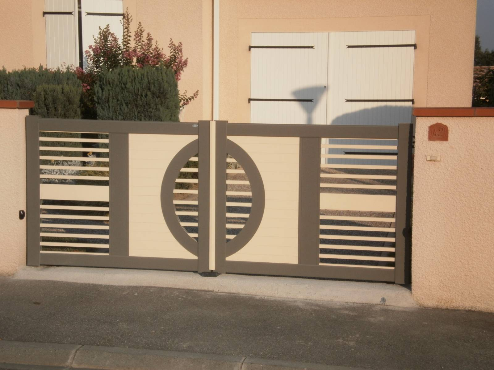 Portail sur mesure 2 vantaux fabrication et pose de portail volets et pergola autour de for Fabricant de portail sur mesure